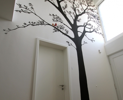 Baum im Flur gemalt