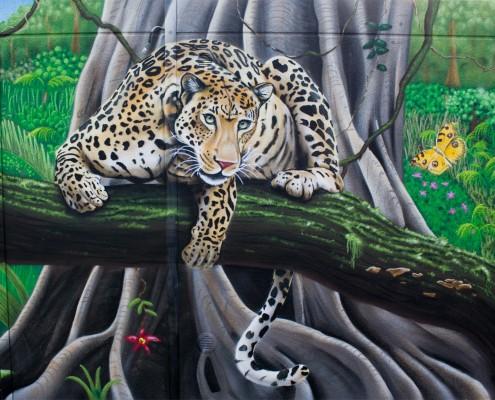 Leopard auf Seitenwand einer Garage