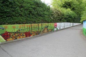 Die flache Wand wurde mit regionaler Tieren und Pflanzen bemalt.