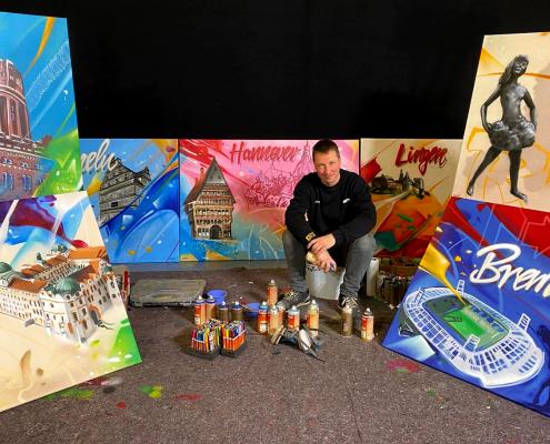 Graffiti Künstler vor seinen Werken